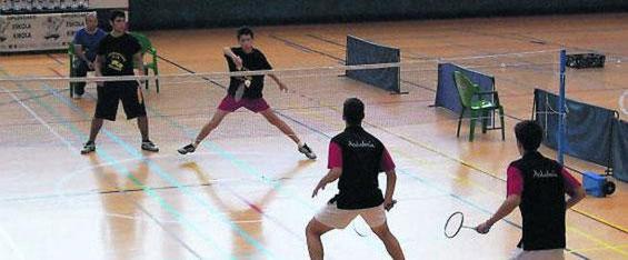 La pareja asturiana, al fondo, en su partido de semifinales.
