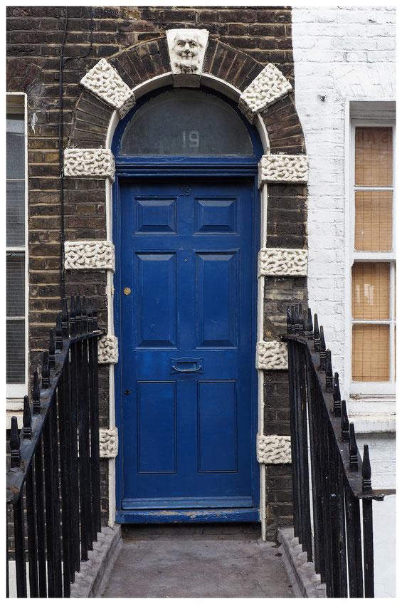 alte blaue Tür im Londoner East End