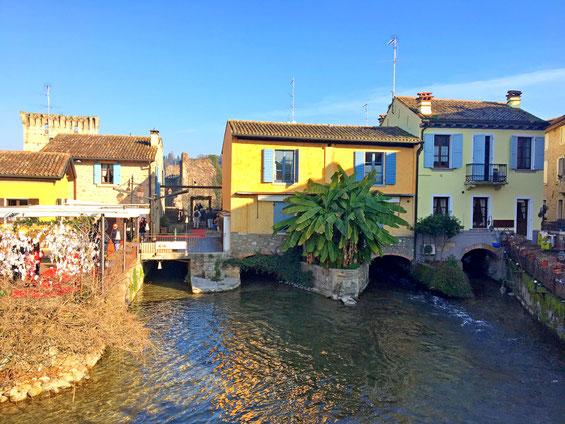 Borghetto sul Mincio, case colorate sul fiume