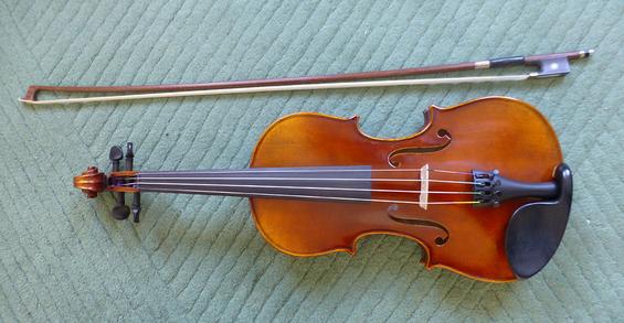 Ein Bogen und eine Geige