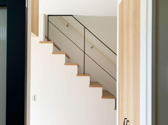 階段吹抜けにスチール手すり!黒が階段空間を引き締めてくれました。
