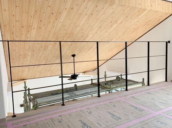 勾配天井がより開放感を与え、アイアン手摺の転落防止柵がピッタリ!