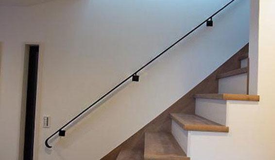 階段と平行にストレートに伸びるスチールフラットバー手すり