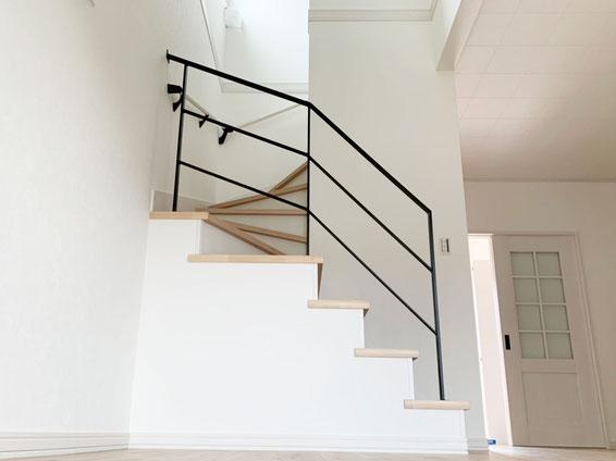回り階段で勾配が変わりますが、階段の段数によってバランスのとれたアイアン手すり!