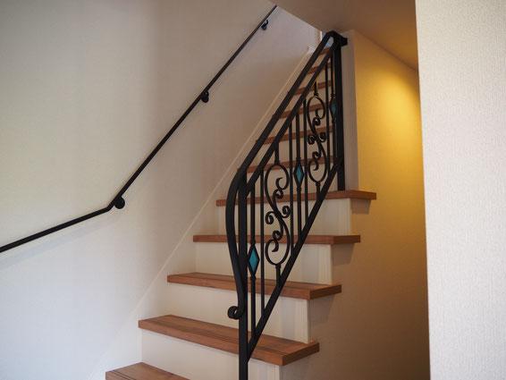 ブルーのステンドグラスを階段の手摺へ