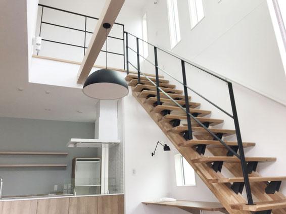 キッチンから見える、ストリップ階段にフラットバー手すり