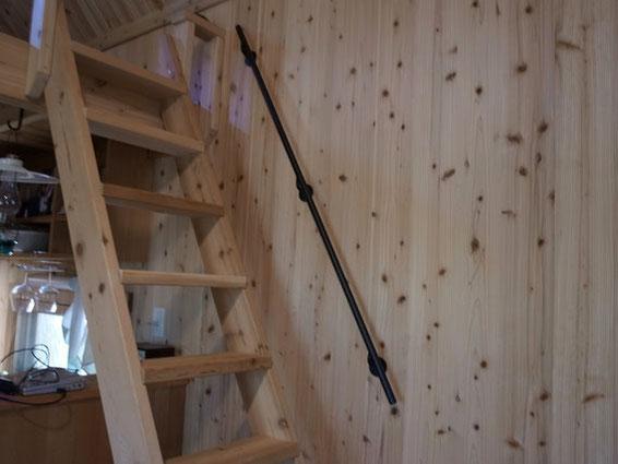 木の壁ににも合う、シンプルな黒いスチール手摺