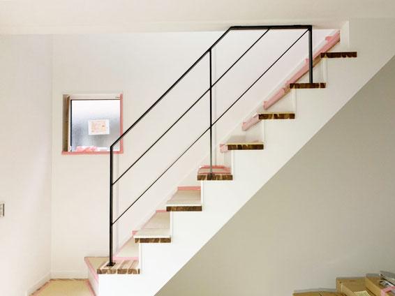 階段吹き抜け部分で、天井に取り付けたアイアン手摺