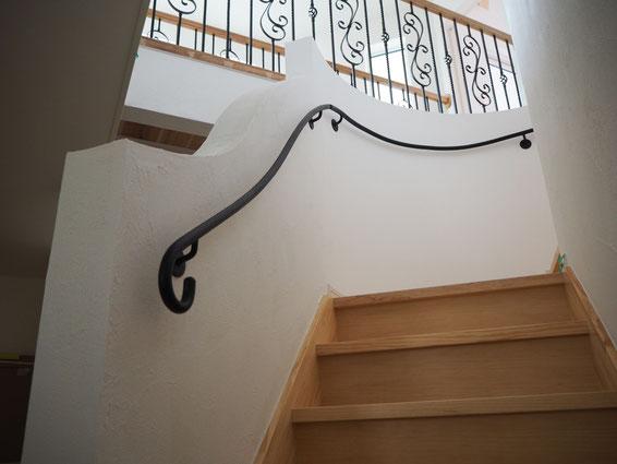 アールの階段に曲線が美しいアイアン壁手すり
