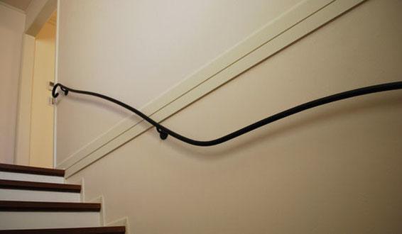 スパニッシュにも良く合う曲線が美しいアイアン壁手すり