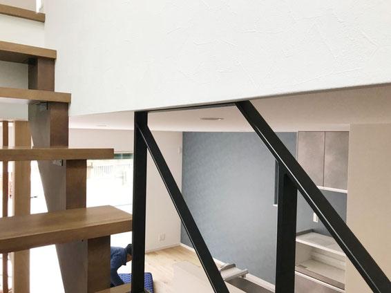 吹き抜けでも天井と干渉する場合は、このフラットバー階段手すりがベスト