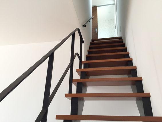 スケルトン階段に定番のフラットバー手すり