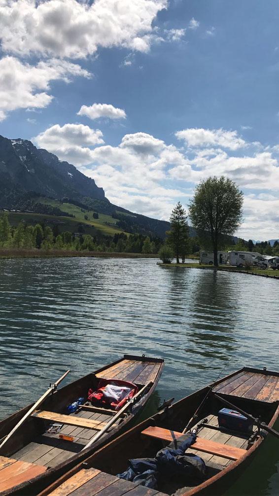 freaky travel, Finanz Hotspot, Gastartikel, Walchsee, 2 Ruderboote, Berge im Hintergrund