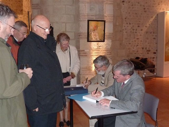 Les auteurs dédicaçant leur livre lors de sa sortie à Angers