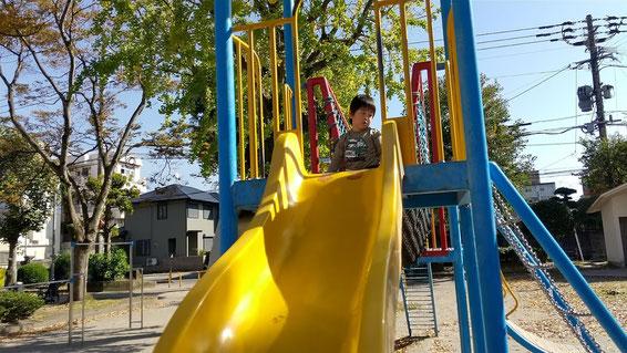 滑り台に上る子供の写真