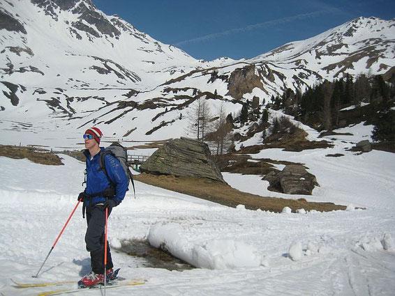 Bei der Jamnigalm; im Hintergrund der Aufstiegsweg Richtung Hagener Hütte