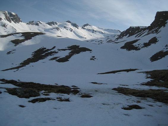 Im unteren Teil des Kessel; links das Ebeneck, rechts unscheinbar die Romaten, links ist einer der Gipfel das Ebeneck
