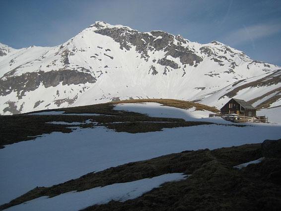 Bei einer der beiden hübschen Hütte; im Hintergrund wieder die Hohe Geißel mit der links anschließenden Feldseescharte