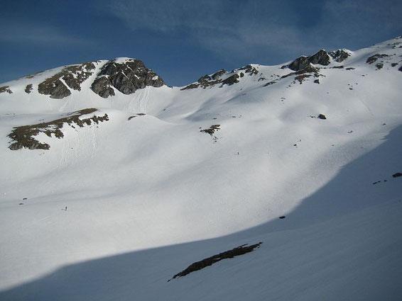 Am Ende des Kessels, die Aufstiegsspur führt links der Schattengrenze; hinten links das Ebeneck