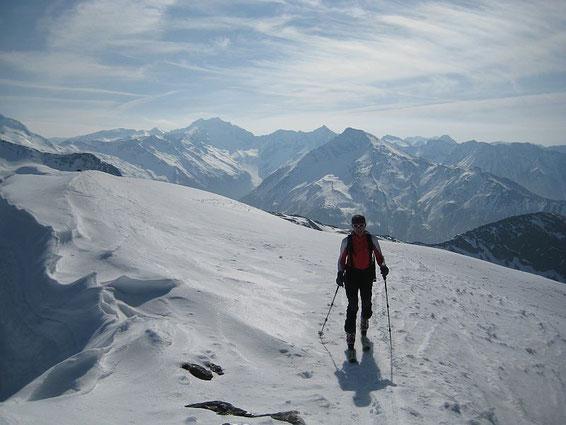 Die letzten Meter zum Gipfel; im Hintergrund die Hochalm
