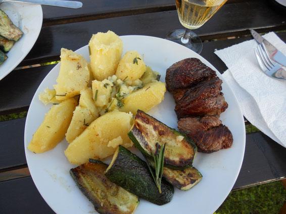 Lammkeule mit gegrillter Zuccini und Rosmarin-Öl-Kartoffeln