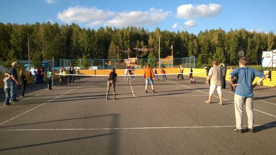 Völkerballspiel mit den Kindern