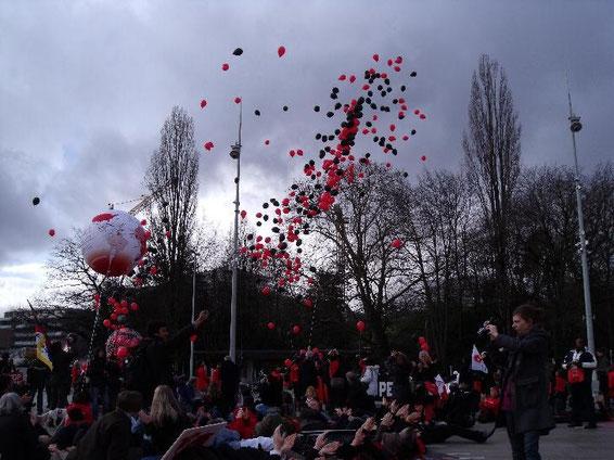 Luftballons in den Farben des Kongresses steigen in den Himmel...