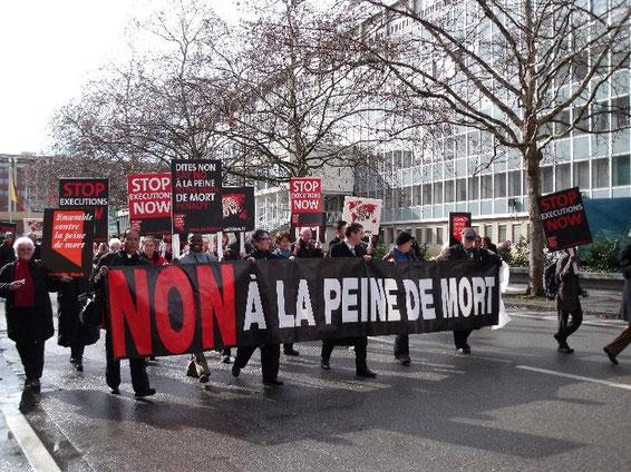 Die Kongressteilnehmer auf dem Weg zur Demonstration vor dem Gebäude der Vereinten Nationen.