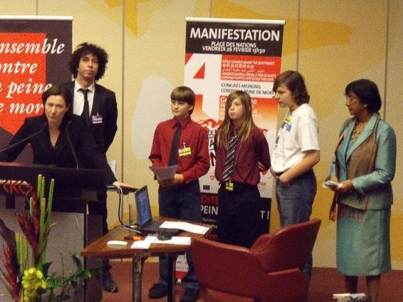 Die Kids Against the Death Penalty übergeben der UN-Hochkommmissarin (rechts) die Erklärung des Kongresses.