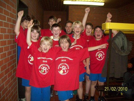 Die Jungs der männlichen D1-Jugend freuen sich über den Sieg des Regionspokals