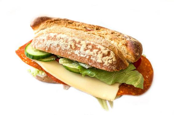 Belegtes Salami Käse Baguette auf weissem Hintergrund- Fotos und Bilder kostenlos und lizensfrei