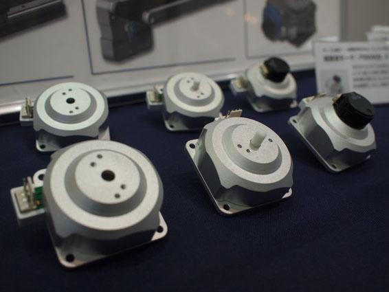 コイル、磁石を使わない、軽量で高トルクな超音波モータ。10cm先で1.2kgのものが動かせる。