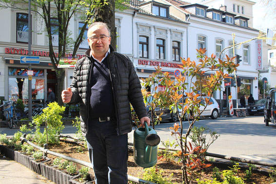 """Fesih Atalay, Geschäftsführer der DOY DOY Restaurants, ist Beetpate der Initiative """"Hallo Nachbar, Danke schön"""""""