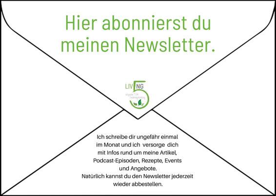 Briefumschlag mit Absender Living 5 und Schrift: Hier abbonierst du meinen Newsletter. Kochlöffel mit Gewürzen und Basilikum.