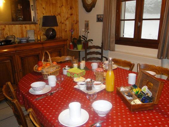 Petit déjeuner compris dans la nuitée, agrémenté des confitures élaborées par la maîtresse de maison.