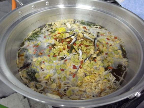 いろいろな乾物を入れて20分ほど煮込めば、ダシがきいたスープに