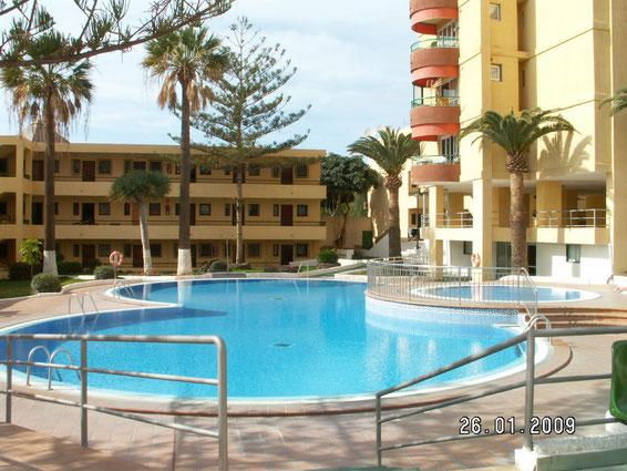 Gemeinschaftspool der Apartmentanlage Los torres mit dem Ferienapartment Holly in Los Christianos auf  Teneriffa