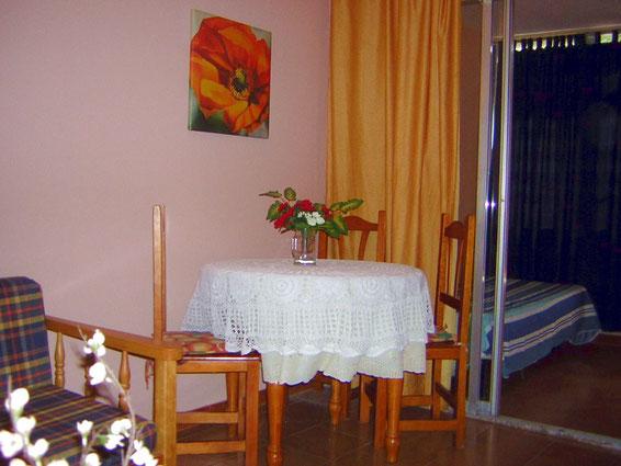 Blick in die Ferienwohnung mit Pool in Los Christianos auf  Teneriffa