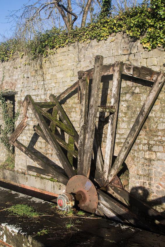 Die Reste eines Mühlrades bei Coutances in der Normandie