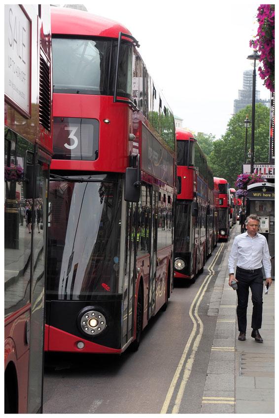 rote Doppeldecker-Busse in der Londoner Oxford Street