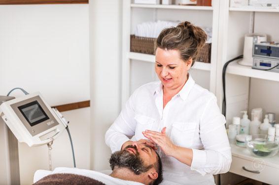Erst bereitet Evelin mit einem Peeling und einer Reinigung meine Haut auf die TDA-Behandlung vor.               Bild: Chris Krebs