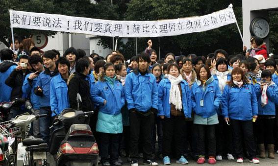 Hundrede af vandrearbejdere protesterer mod deres arbejdsvilkår i byen Zhengzhou