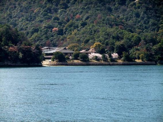 Premières maisons sur le rivage de Miyajima