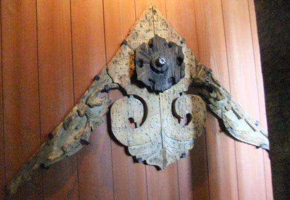 base en bois d'un kegyo ancien : décoration d'un pignon de toiture (initialement recouvert de plâtre)
