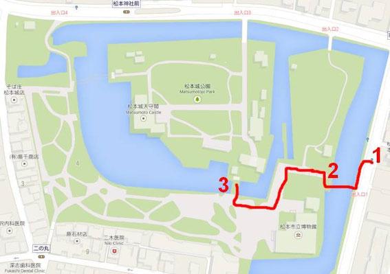 1) arrêt du bus  2) Taikō-Mon  3) Kuro-mon (portail noir)