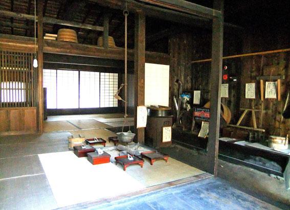 """la salle du foyer (irori). On note les boîtes contenant les bols et baguettes ainsi que """"chaudron"""" pour chauffer l'eau, ainsi que les rangements au niveau supéreur"""