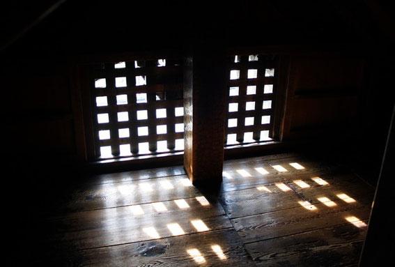 """La seule """"fenêtre grille"""" (au Sud) de l'étage caché."""