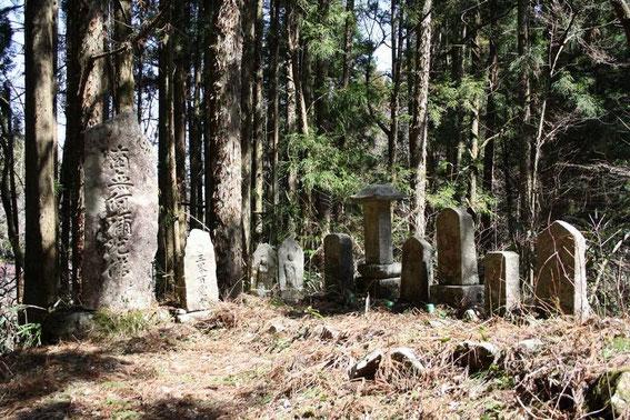 Jizō et pierres gravées