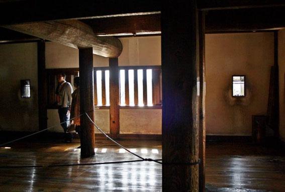2e et 3e étage - Piliers de bois (maruta bashira) datant de la construction du Inui-Kotenshu