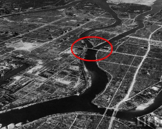 Ground ZERO... dans le cercle rouge la cible : le pont Aioi en forme de T (renversé sur la photo) enjambant la rivière Ōta) ayant servi de point de repère pour le largage de la bombe